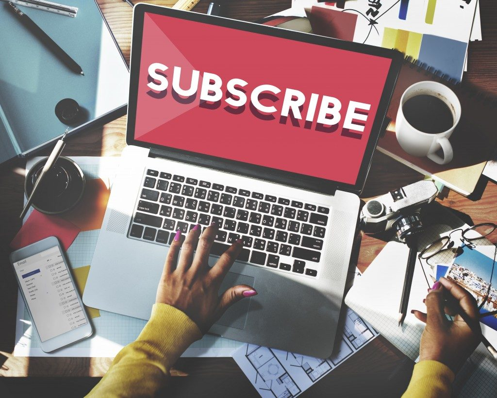 subscribe written on the laptop
